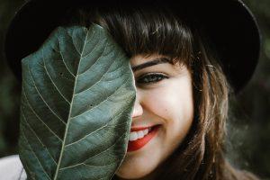 白い歯で笑う女性。
